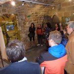 Visitantes viendo el museo