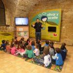 Explicación a niños en el museo