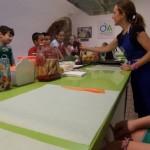 enseñando las verduras a los niños