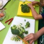 niños preparando las verduras